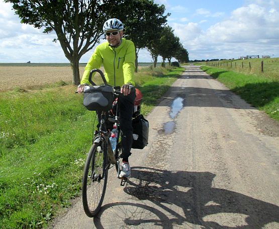 Lincolnshire: Chris on the Bike radelt am Deich bei Wrangle zwischen Boston und Skegness