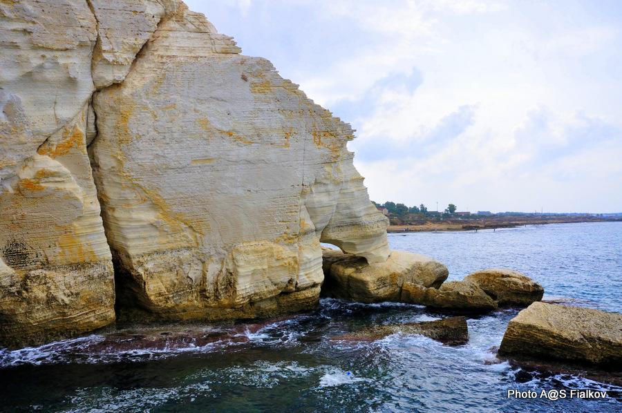 Скала Слоновья Нога. Берег Рош ха-Никра.  Экскурсия по Западной Галилее. Гид в Израиле Светлана Фиалкова.