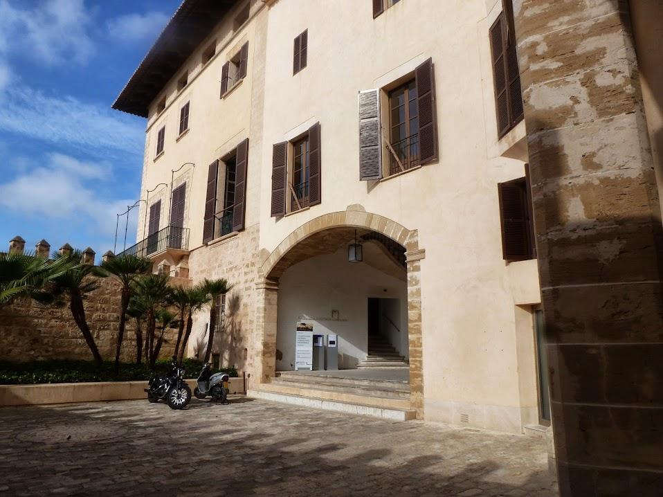 Patio y fachada principal.