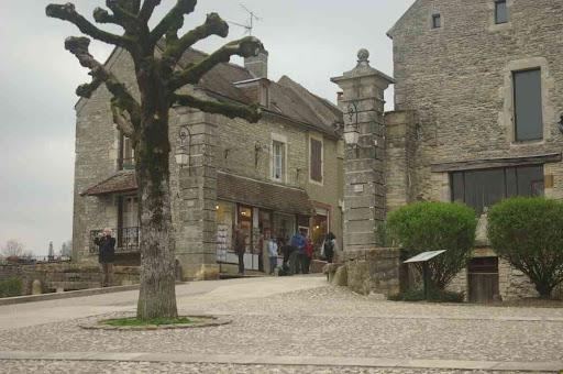 Vézelay (le début de la grande rue pavée)