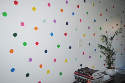 parede com bolinhas coloridas