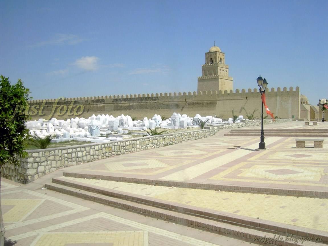Мусульманское кладбище в Кайруане фото
