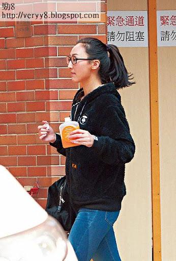 高 Ling飲住橙汁入廟,據知年尾已在紅磡觀音廟還過神的她,當日陪阿媽再到蓮花宮一齊祈福。