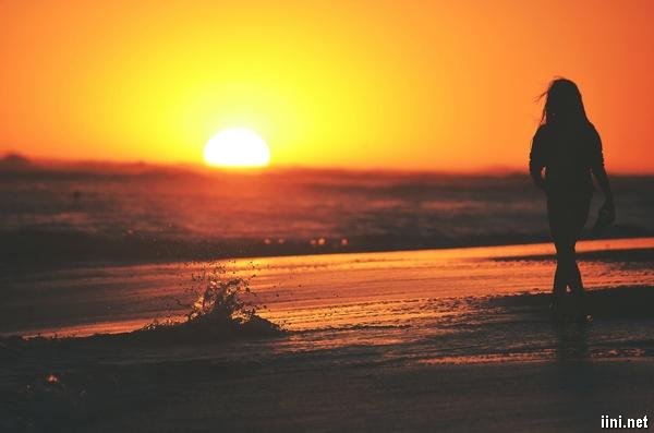 ảnh cô gái buồn lang thang bên bờ biển lúc chiều hoàng hôn