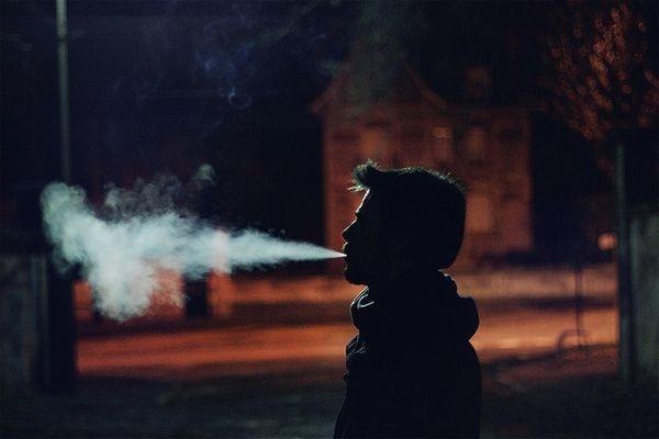 Ảnh hút thuốc trong đêm khuya vắng với tâm trạng buồn