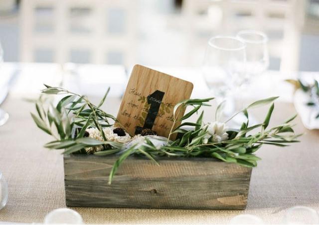 Mesero en caja de madera sobre hojas de olivo número 1