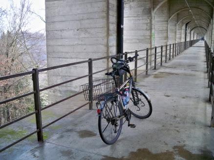 Wander- und Radweg unter der Eisenbahnbrücke bei Fribourg, Schweiz