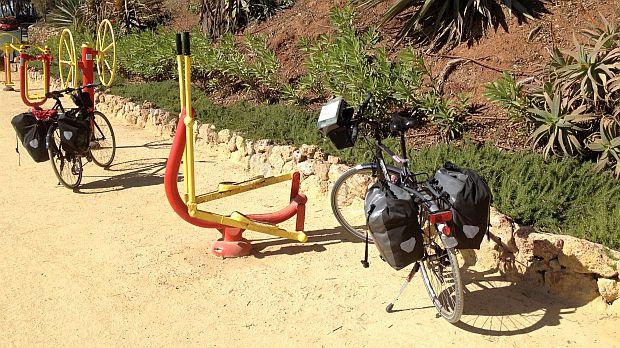 Zwei Ridgeback-Räder an der Promenade von Marbella