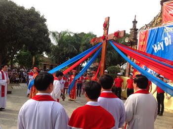 Giới trẻ giáo xứ Sào Lâm đón Thánh Giá