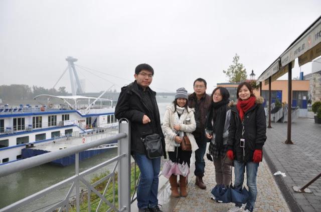 2011年秋天,我們在斯洛伐克多瑙河畔留影。