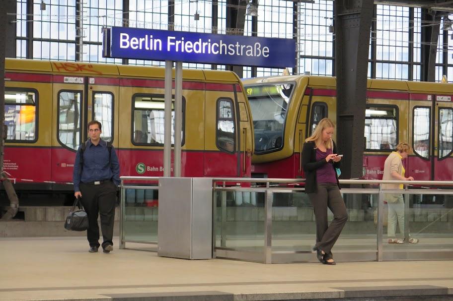 Mit der S-Bahn landet man irgendwann auch an der Friedrichstraße