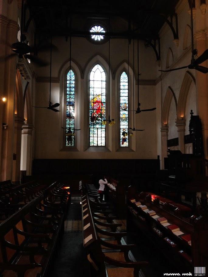座堂中間左翼也有彩色玻璃