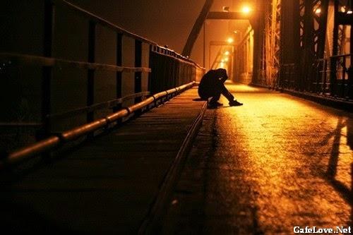 Ảnh chàng trai buồn tình ngồi mãi trên cầu