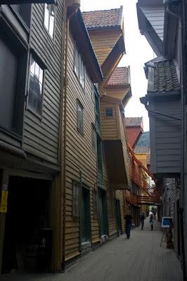 Calle interior de Bryggen con listones de madera cubriendo el suelo