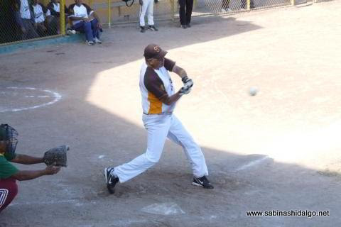 Benjamín Chapa bateando por Hipertensos en el softbol de veteranos