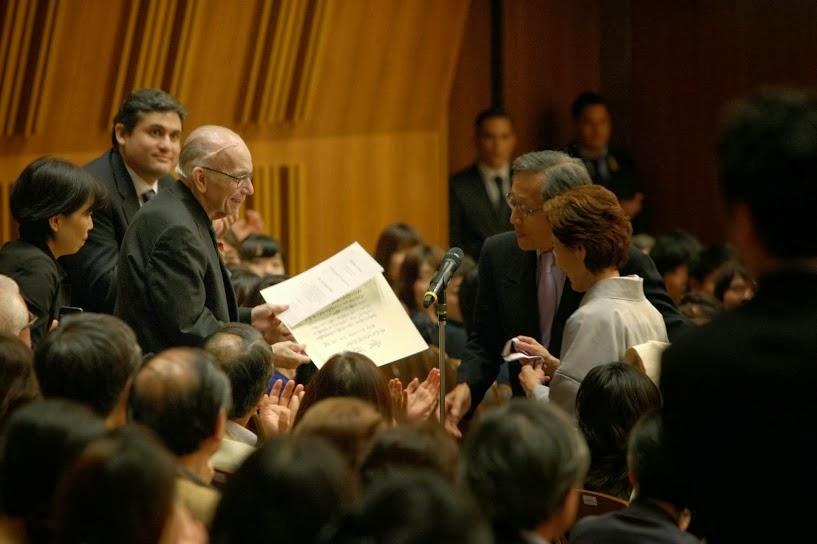 MAESTRO ABREU RECIBIÓ EN JAPÓN EL PREMIO ESPECIAL CULTURA DE PAZ. El 10 de octubre, en medio del debut de la Sinfónica Juvenil de Caracas en el Metropolitan Arts Space de Tokio, el maestro José Antonio Abreu fue reconocido con el Premio Especial Cultura de Paz que entrega, desde el año 2000, la Fundación Goi para la Paz por promover la música como un instrumento para la cultura de paz