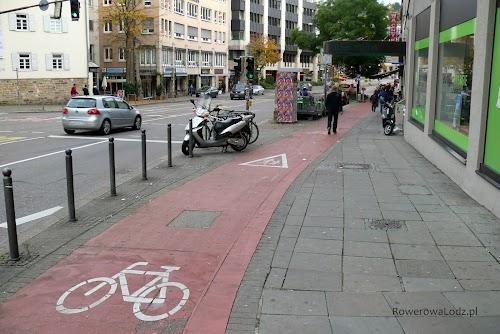 Droga dla rowerów w centrum Stuttgartu, przy jednej z głównych arterii.