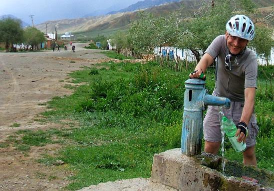 Chris an einer Wasserpumpe in Keng-Suu (Кенг-Суу)