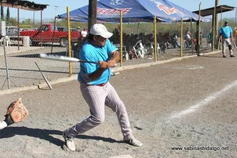 Leopoldo Valdez de Cerveceros en el softbol del Club Sertoma