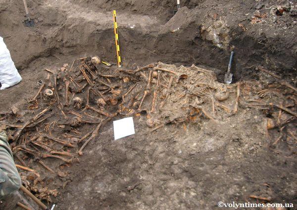 Поховальна яма - останнє місце спочинку 370 воїнів Шталагу 360/Z