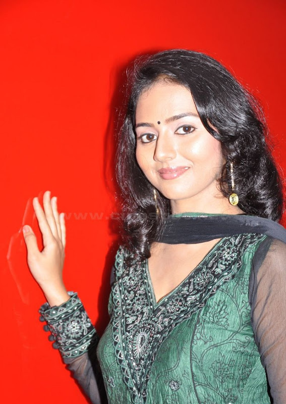 Actress Virundali Dhyana biography and Photos cleavage