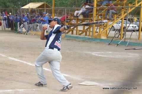 José Leza Montemayor de Rayos en el softbol sabatino