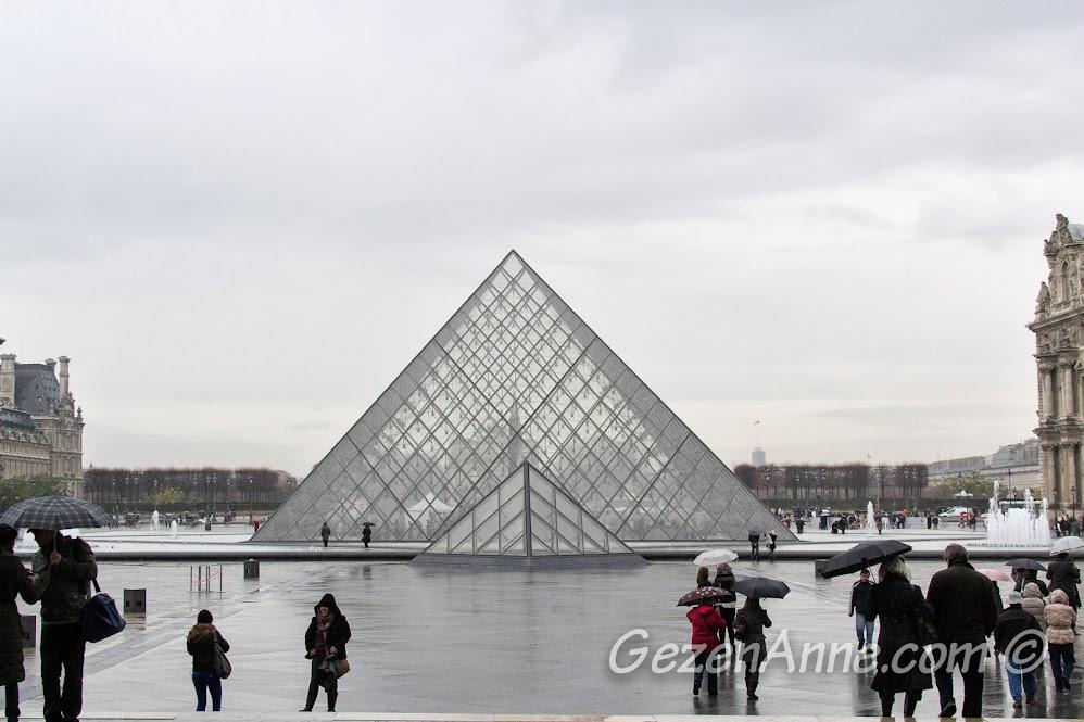 Louvre müzesi önündeki cam piramit, Paris