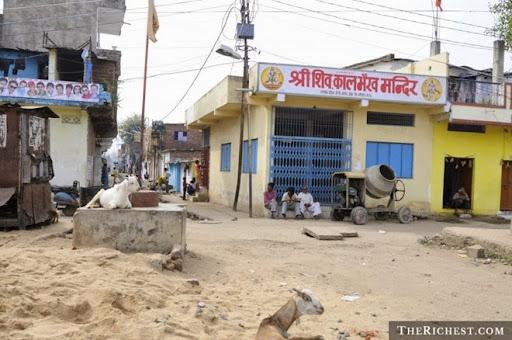 7. Bhopal Vụ việc kinh hoàng dẫn đến cái chết của 5.000 - 6.000 người ở Ấn Độ này là do sự cố rò rỉ hóa chất độc hại. Gió đã thổi đám mây khí độc đi khắp thành phố Bhopal khiến hậu quả trở nên vô cùng nặng nề. Khi đó, công ty Union Carbide của Mỹ vốn bị cáo buộc gây ra vụ việc, đã phải đối mặt với những cuộc biểu tình kéo dài, do từ chối chịu trách nhiệm về những hệ quả diễn ra sau đó. Cụ thể, hàng ngàn người đã chết trong các năm tiếp theo, và rất nhiều người khác phải tiếp tục sống với những vấn đề về đường hô hấp hay sức khỏe khác.