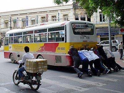 Hò dô ta cùng đẩy xe buýt.