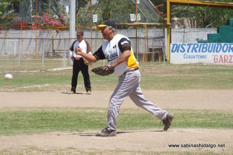 Elías Jasso de Hipertensos en el softbol de veteranos