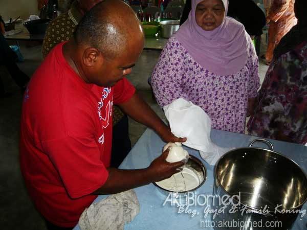 Abang Sabri lelaki perkasa memerah kacang soya yang dikisar