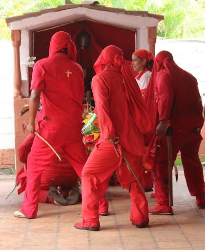 Danza de Diablos de Yare frente al altar en el día de Corpus Christi en San Francisco de Yare, Municipio Bolivar, Miranda Venezuela