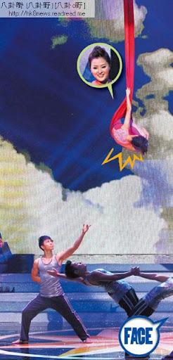 港姐冠軍張名雅被吊到 3層樓高又要快速做出轉圈動作,全程只靠一條絲帶支撐身體,仲要靠手臂扯實絲帶,冇威吔又冇安全措施,手一滑後果不堪設想。