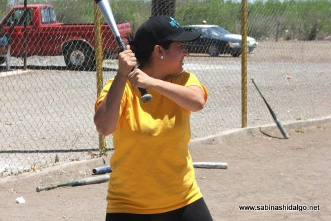 Flor Carrasco de Chicas Sertoma en el softbol femenil del Club Sertoma