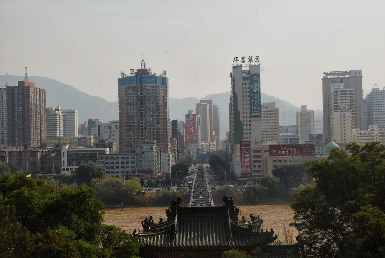 Река Хуанхе делит город Ланчжоу на две части