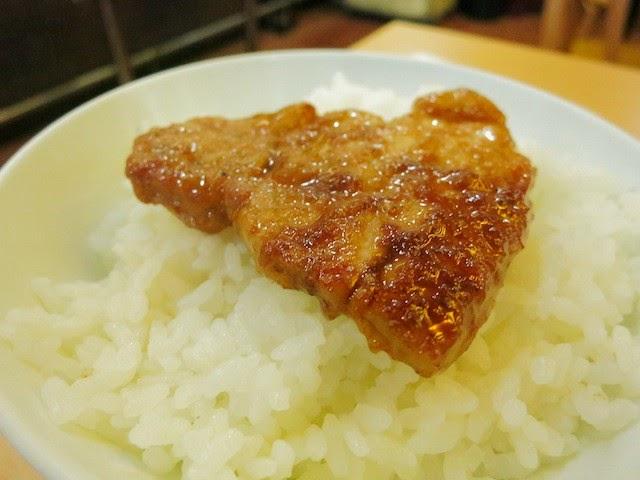 茶碗のご飯に乗せた生姜焼き。ライスとバツグンに合う味わいの生姜焼きだ。