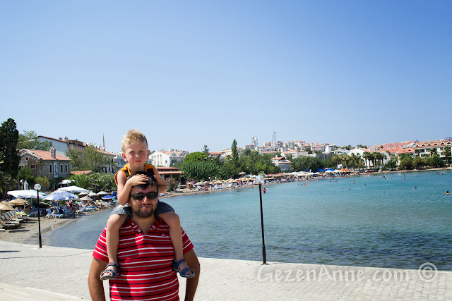 Datça merkezdeki plaj ve limanda dolaşırken