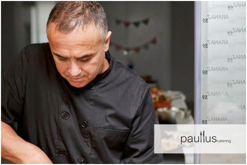 chef preparando comida a unos fotógrafos durante una boda.