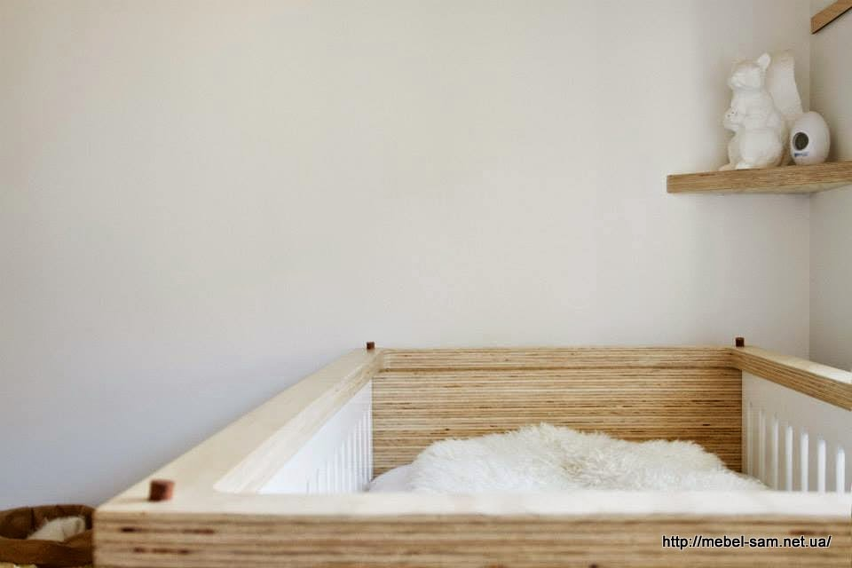 Верхняя фанерная рамка держит боковые детали кроватки