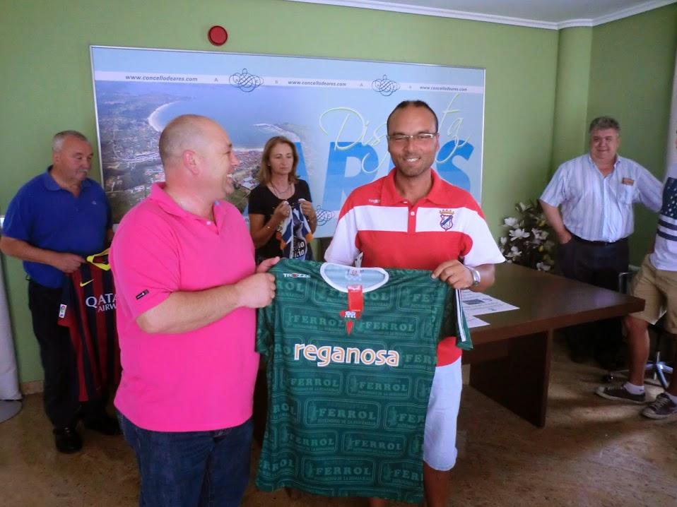 José Juan Vilar entregou unha camiseta do R. Ferrol