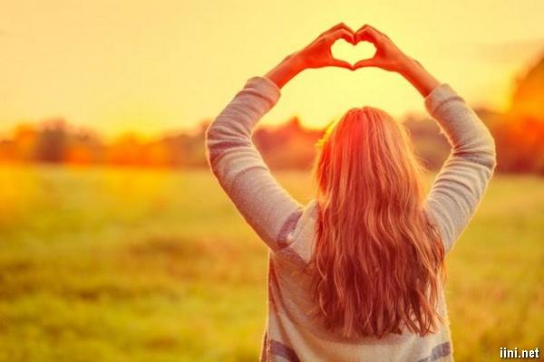 ảnh cô gái quay lưng đan tay tạo hình trái tim