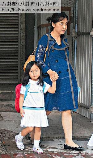 佗仔七個月的甘比,周一( 3日)挺著巨肚,親自接秀樺返學放學。今年 4歲的秀樺猶如小淑女,面對鏡頭依然保持儀態。
