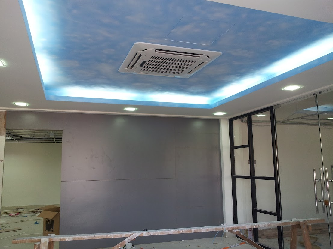 Plater ceiling paint with emulsion paint with sky cloud pattern