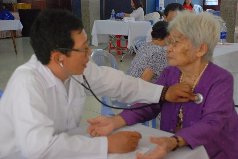 Gx Phú Hòa: Ban Caritas tổ chức khám bệnh từ thiện