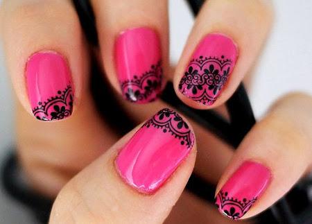 Unhas com esmalte rosa e carimbo konad renda preta