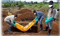 Empleados de servicios funerarios enterrando cadáveres en Sierra Leona