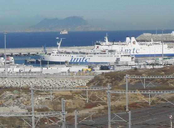 Hafen Tanger Med mit dem Felsen von Gibraltar im Hintergrund