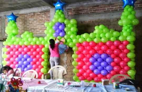 Usando globos para la decoracion de una fiesta para niños