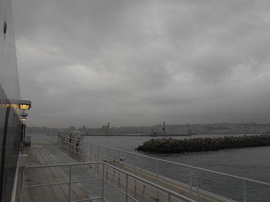 Ankunft bei düsteren Wolken mit der Fähre von Tarifa im Hafen von Tanger