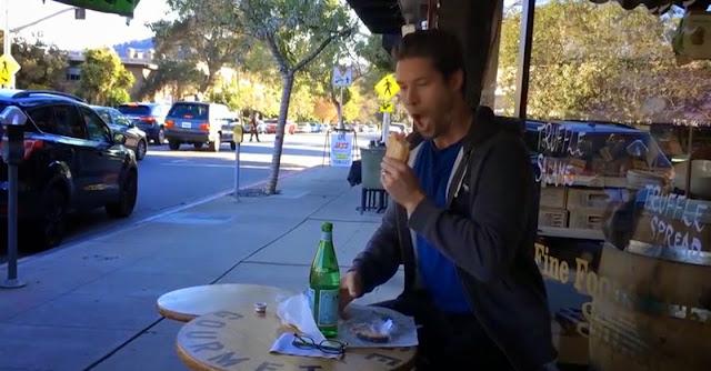 Vídeo engraçado de homem a fingir ser robot comendo